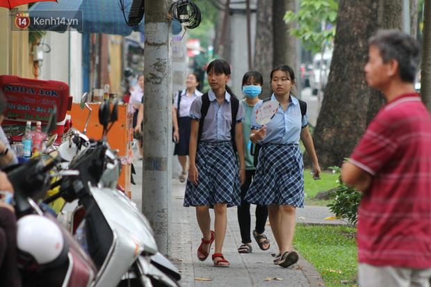 Bắt đầu kỳ thi vào lớp 10 các trường Chuyên lớn nhất Hà Nội và TPHCM: Thí sinh mệt mỏi vì nắng nóng - Ảnh 38.