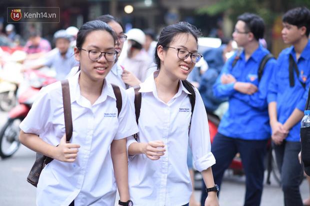 Bắt đầu kỳ thi vào lớp 10 các trường Chuyên lớn nhất Hà Nội và TPHCM: Thí sinh mệt mỏi vì nắng nóng - Ảnh 28.