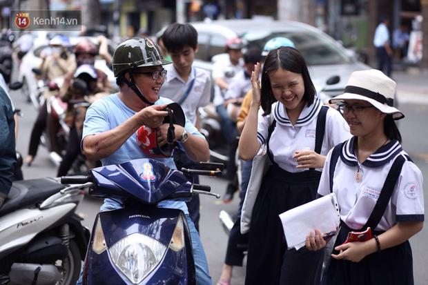 Bắt đầu kỳ thi vào lớp 10 các trường Chuyên lớn nhất Hà Nội và TPHCM: Thí sinh mệt mỏi vì nắng nóng - Ảnh 32.