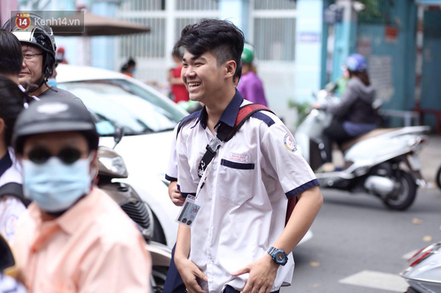Bắt đầu kỳ thi vào lớp 10 các trường Chuyên lớn nhất Hà Nội và TPHCM: Thí sinh mệt mỏi vì nắng nóng - Ảnh 33.