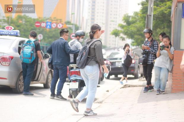 Bắt đầu kỳ thi vào lớp 10 các trường Chuyên lớn nhất Hà Nội và TPHCM: Thí sinh mệt mỏi vì nắng nóng - Ảnh 19.
