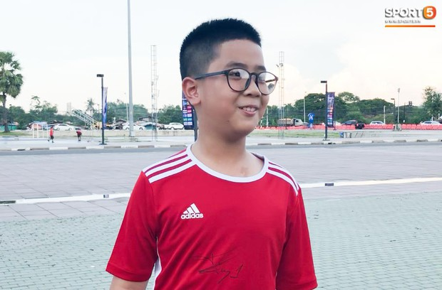 Fan nhí người Việt tại Lào lên kế hoạch trước 1 tháng để sang Thái Lan xin chữ ký Quang Hải - Ảnh 2.