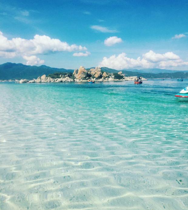 """Lần đầu tiên tại đảo Bình Ba (Khánh Hoà) xuất hiện cá heo """"đuổi theo"""" tàu của du khách, nhưng mệt quá nên nhảy tý rồi lặn thôi - Ảnh 2."""