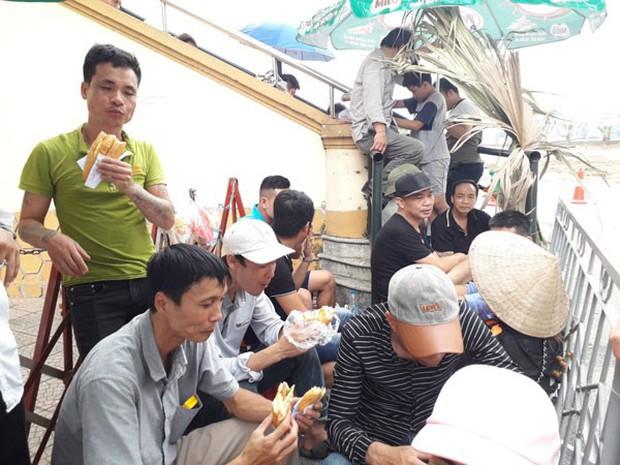 Người hâm mộ ăn bánh mỳ chống đói, chờ hàng giờ để mua vé trận U23 Việt Nam gặp U23 Myanmar - Ảnh 1.