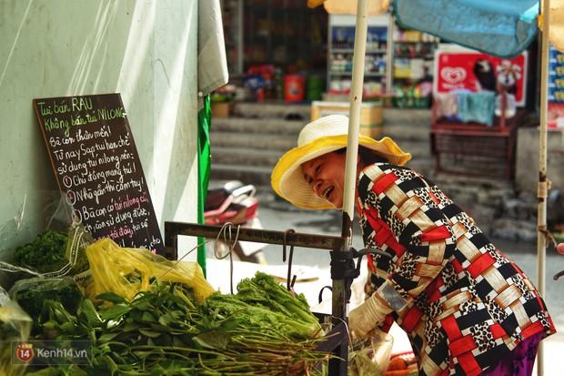 Gặp cô bán rau vui tính ở Sài Gòn với tấm bảng không bán túi nilon: Nhiều khách bảo cô làm trò xàm xí! - Ảnh 3.