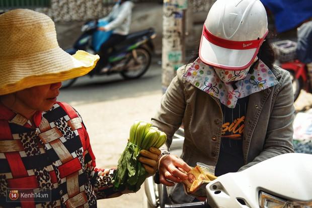 Gặp cô bán rau vui tính ở Sài Gòn với tấm bảng không bán túi nilon: Nhiều khách bảo cô làm trò xàm xí! - Ảnh 5.