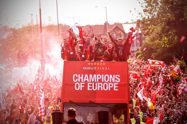 Liverpool rước cúp vô địch Champions League: Biển người nhuộm đỏ thành phố cảng sau 14 năm mòn mỏi chờ đợi - Ảnh 2.