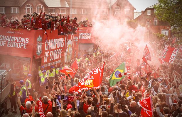 Liverpool rước cúp vô địch Champions League: Biển người nhuộm đỏ thành phố cảng sau 14 năm mòn mỏi chờ đợi - Ảnh 6.