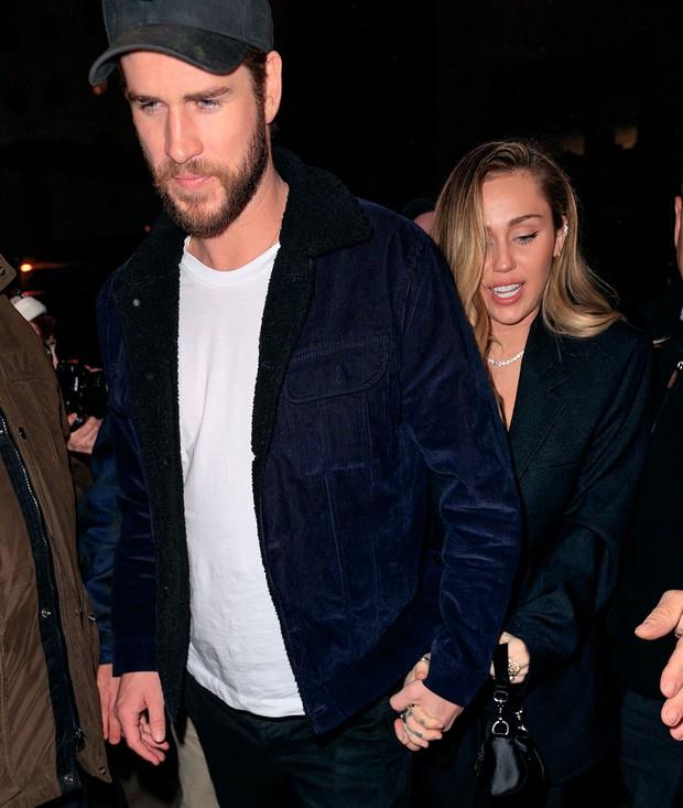 Miley Cyrus bất ngờ bị fan cuồng sàm sỡ, cưỡng hôn và đây là hành động của ông xã Liam Hemsworth - Ảnh 2.