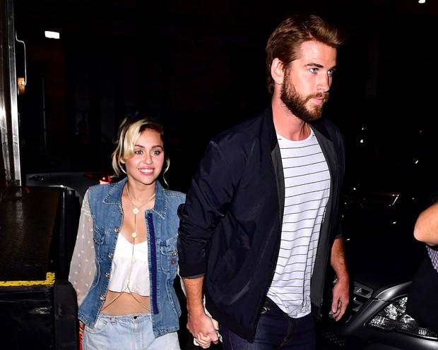 Miley Cyrus bất ngờ bị fan cuồng sàm sỡ, cưỡng hôn và đây là hành động của ông xã Liam Hemsworth - Ảnh 3.
