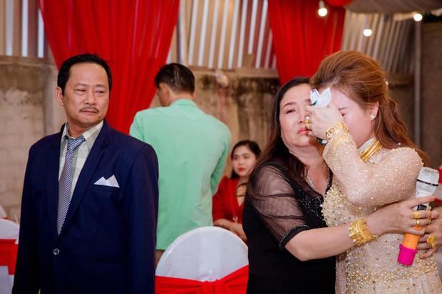 Bố bật khóc, bịn rịn tiễn con gái về nhà chồng - đoạn clip khiến cả triệu người nghẹn ngào - Ảnh 3.
