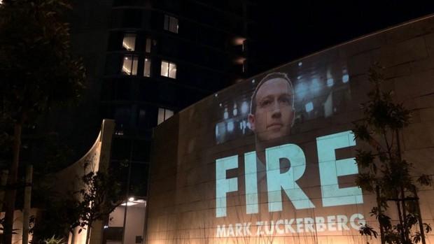 Xem antifan ném đá Mark Zuckerberg theo cách siêu to khổng lồ, chạy lên trời cũng không thoát nổi - Ảnh 2.