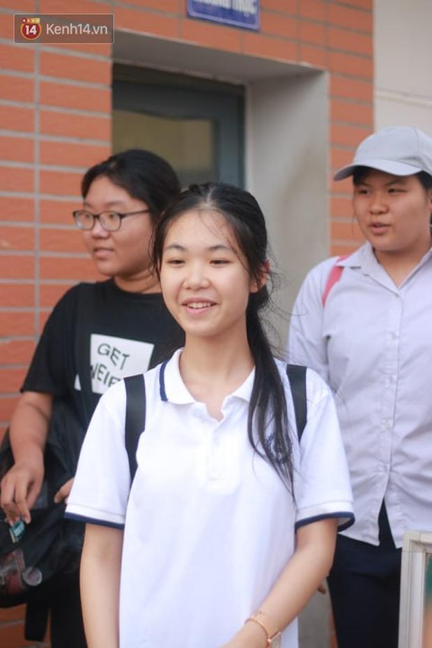 Bắt đầu kỳ thi vào lớp 10 các trường Chuyên lớn nhất Hà Nội và TPHCM: Thí sinh mệt mỏi vì nắng nóng - Ảnh 4.