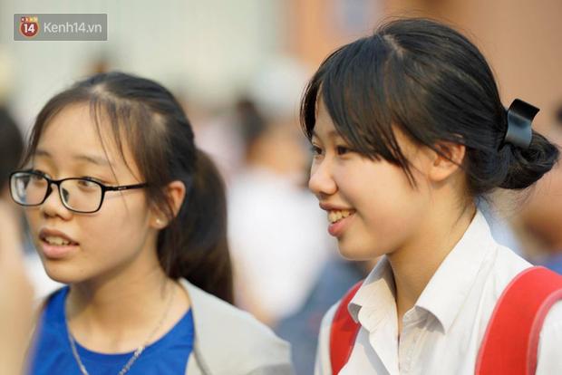 Bắt đầu kỳ thi vào lớp 10 các trường Chuyên lớn nhất Hà Nội và TPHCM: Thí sinh mệt mỏi vì nắng nóng - Ảnh 6.