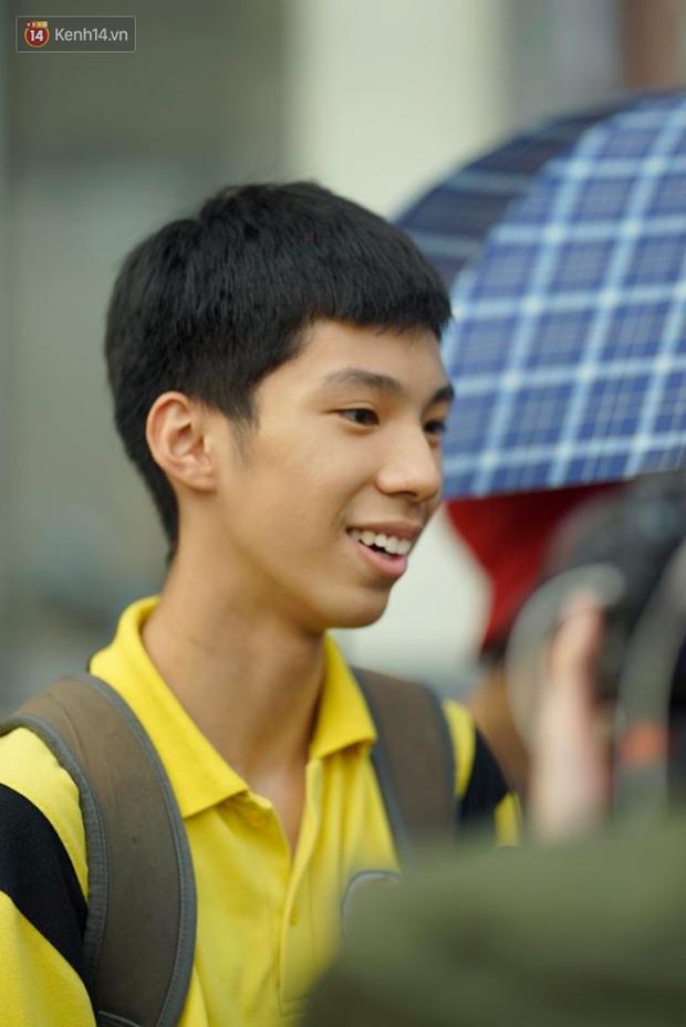 Bắt đầu kỳ thi vào lớp 10 các trường Chuyên lớn nhất Hà Nội và TPHCM: Thí sinh mệt mỏi vì nắng nóng - Ảnh 7.