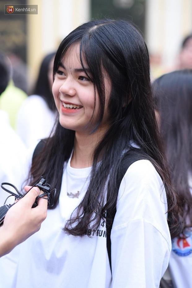 Bắt đầu kỳ thi vào lớp 10 các trường Chuyên lớn nhất Hà Nội và TPHCM: Thí sinh mệt mỏi vì nắng nóng - Ảnh 8.