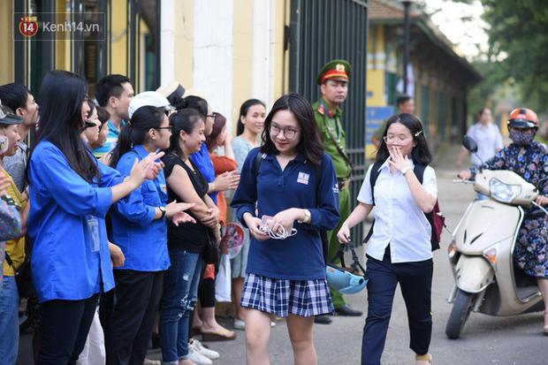 Bắt đầu kỳ thi vào lớp 10 các trường Chuyên lớn nhất Hà Nội và TPHCM: Thí sinh mệt mỏi vì nắng nóng - Ảnh 9.