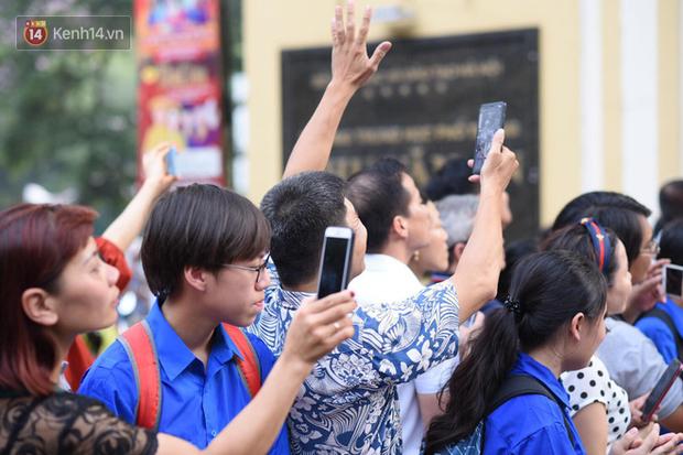 Bắt đầu kỳ thi vào lớp 10 các trường Chuyên lớn nhất Hà Nội và TPHCM: Thí sinh mệt mỏi vì nắng nóng - Ảnh 10.