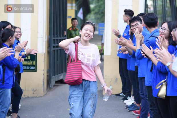 Bắt đầu kỳ thi vào lớp 10 các trường Chuyên lớn nhất Hà Nội và TPHCM: Thí sinh mệt mỏi vì nắng nóng - Ảnh 11.