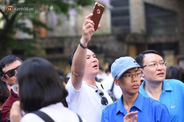Bắt đầu kỳ thi vào lớp 10 các trường Chuyên lớn nhất Hà Nội và TPHCM: Thí sinh mệt mỏi vì nắng nóng - Ảnh 13.