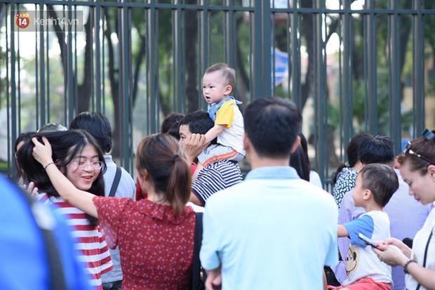 Bắt đầu kỳ thi vào lớp 10 các trường Chuyên lớn nhất Hà Nội và TPHCM: Thí sinh mệt mỏi vì nắng nóng - Ảnh 14.