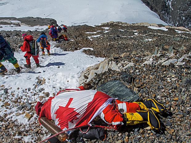 Những bức hình ám ảnh nhất trên đường chinh phục đỉnh Everest: Từ các cột mốc thi thể đến sự thật kinh hoàng hiện ra khi tuyết tan - Ảnh 7.