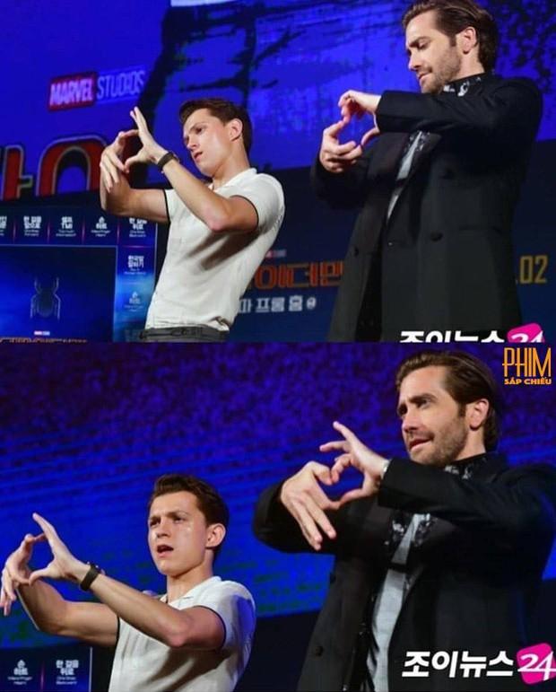 Kính thưa các kiểu thả tim của dàn sao Marvel: Anh xoạc cả chân để bắn cho chuẩn, chú thì như ném bom liều chết! - Ảnh 11.