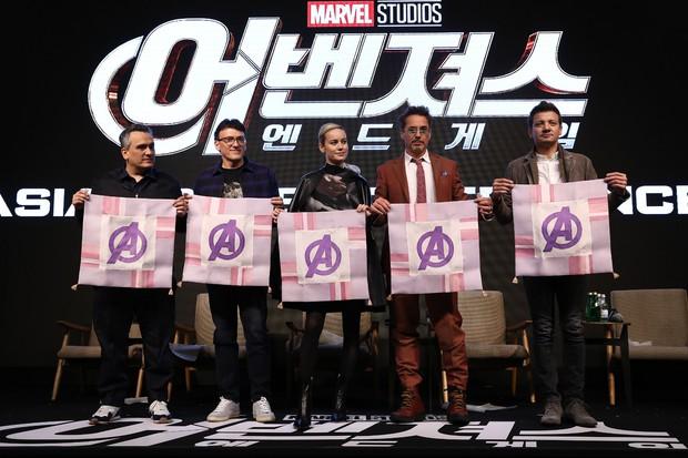 Kính thưa các kiểu thả tim của dàn sao Marvel: Anh xoạc cả chân để bắn cho chuẩn, chú thì như ném bom liều chết! - Ảnh 2.