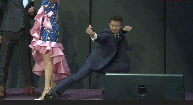 Kính thưa các kiểu thả tim của dàn sao Marvel: Anh xoạc cả chân để bắn cho chuẩn, chú thì như ném bom liều chết! - Ảnh 13.