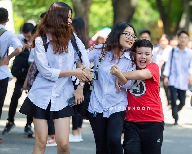 Cậu bé trong bức ảnh ôm chầm lấy chị gái sung sướng khi kết thúc kỳ thi THPT Quốc gia: Chị được điểm cao em cho hẳn 4 triệu! - Ảnh 1.