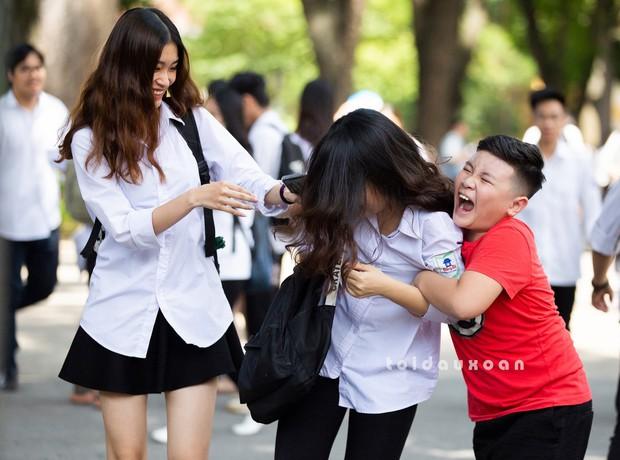 Cậu bé trong bức ảnh ôm chầm lấy chị gái sung sướng khi kết thúc kỳ thi THPT Quốc gia: Chị được điểm cao em cho hẳn 4 triệu! - Ảnh 2.