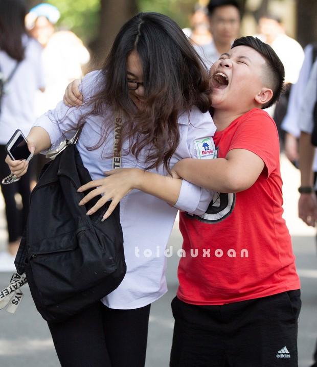 Cậu bé trong bức ảnh ôm chầm lấy chị gái sung sướng khi kết thúc kỳ thi THPT Quốc gia: Chị được điểm cao em cho hẳn 4 triệu! - Ảnh 3.