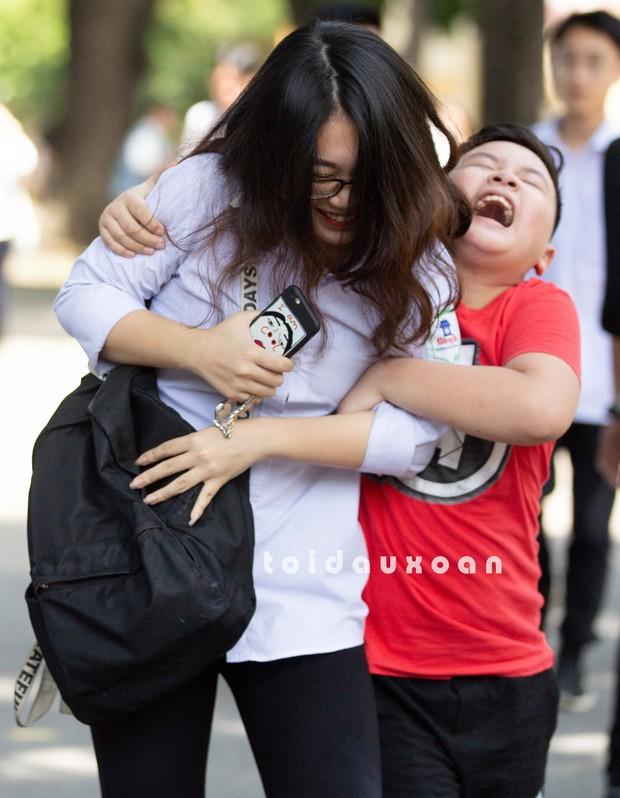 Cậu bé trong bức ảnh ôm chầm lấy chị gái sung sướng khi kết thúc kỳ thi THPT Quốc gia: Chị được điểm cao em cho hẳn 4 triệu! - Ảnh 4.