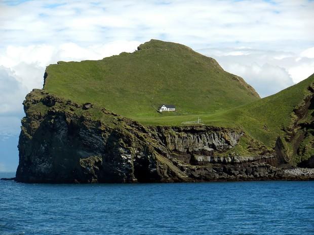 Sự thật về những lời đồn đoán kì bí xoay quanh ngôi nhà cô quạnh nhất thế giới ở Iceland - Ảnh 2.