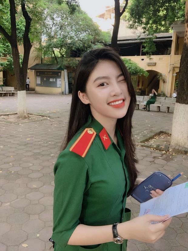 Nổi như cồn khi diện quân phục đi thi đại học, nữ sinh hot nhất MXH mấy ngày qua là đây! - Ảnh 1.