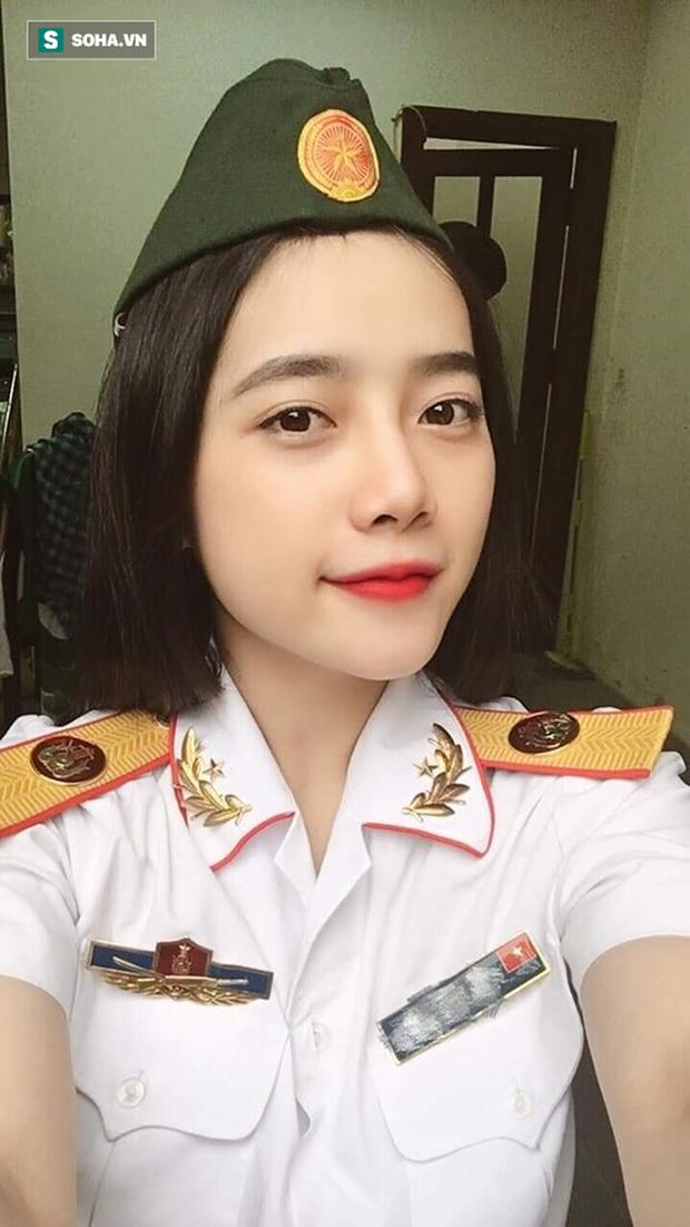 Mặc quân phục chụp hình, cô gái khiến dân mạng truy tìm ráo riết - Ảnh 1.