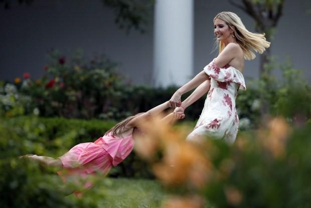 """Sang chảnh, thần thái hút hồn là vậy nhưng Ivanka Trump cũng để lộ khoảnh khắc """"mẹ bỉm sữa"""" giống như ai khiến người hâm mộ ngỡ ngàng - Ảnh 12."""