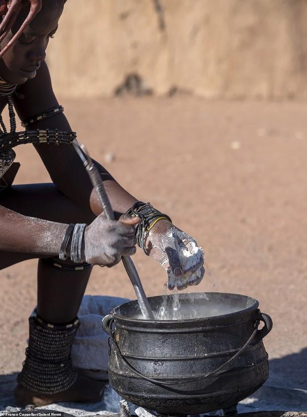Hình ảnh độc đáo về bộ tộc sống cách biệt với thế giới: Không tắm bằng nước, phụ nữ ở trần, dùng đất sét để làm tóc và trang điểm - Ảnh 5.