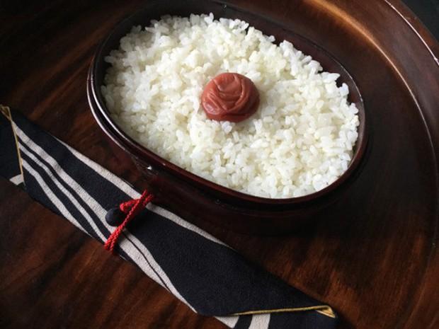 Lý do geisha Nhật Bản luôn bôi son đỏ, quốc kỳ cũng vẽ mặt trời đỏ hay văn hóa cuồng màu rực rỡ của xứ Phù Tang - Ảnh 6.