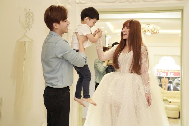 Thu Thủy cùng ông xã kém tuổi khoe khoảnh khắc ngọt ngào trong ngày thử váy cưới trước hôn lễ - Ảnh 4.
