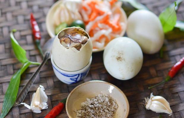 Nghìn lẻ một kiểu ăn trứng vịt lộn của người Việt Nam: chỉ một món nhưng có quá trời cách thưởng thức - Ảnh 3.