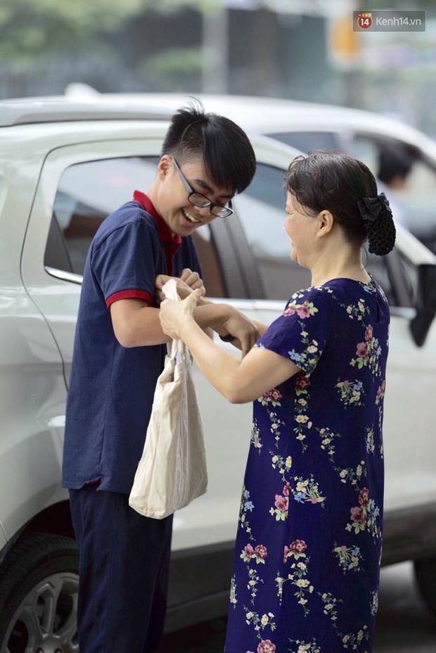 Cha mẹ ôm hôn an ủi khi con bật khóc trước cổng trường thi: Mệt rồi, mình về nhà thôi con! - Ảnh 7.
