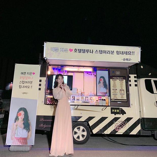 Ngộ nghĩnh chưa? Phim chồng đóng chẳng buồn hỏi thăm, Song Hye Kyo lại đi tặng xe đồ ăn siêu to siêu khổng lồ cho người này! - Ảnh 1.