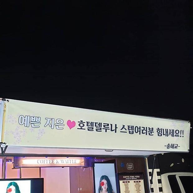 Ngộ nghĩnh chưa? Phim chồng đóng chẳng buồn hỏi thăm, Song Hye Kyo lại đi tặng xe đồ ăn siêu to siêu khổng lồ cho người này! - Ảnh 10.