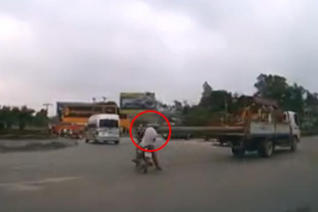 Clip thót tim: Xe tải chở cột bê tông dài quá khổ phang trúng đầu người đi đường - Ảnh 2.