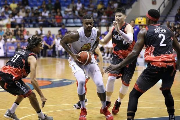Đấm thẳng vào vùng kín của đối thủ, cựu sao bóng rổ NBA khiến nhà thi đấu trở nên náo loạn - Ảnh 1.