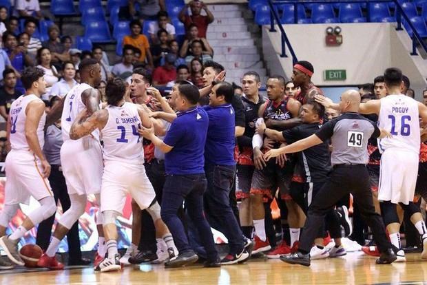 Đấm thẳng vào vùng kín của đối thủ, cựu sao bóng rổ NBA khiến nhà thi đấu trở nên náo loạn - Ảnh 2.