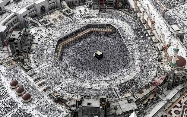 Nghẹt thở bức ảnh người Hồi giáo tụ tập đông kín ở Mecca tháng Ramadan - Ảnh 1.