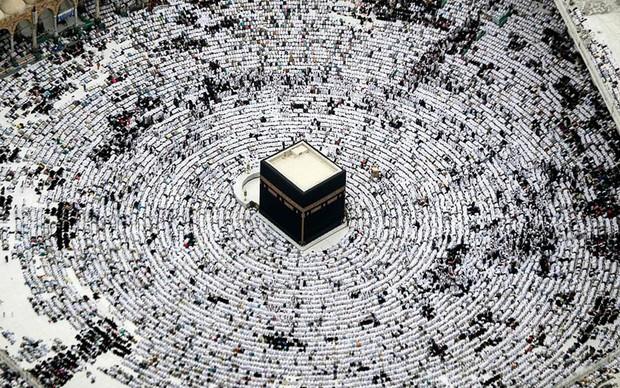 Nghẹt thở bức ảnh người Hồi giáo tụ tập đông kín ở Mecca tháng Ramadan - Ảnh 2.