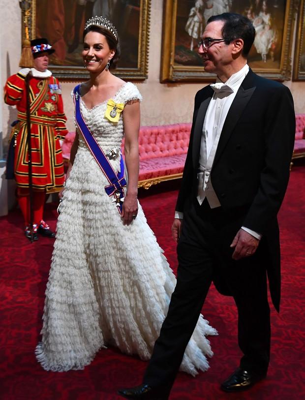 Cùng là diện đồ trắng: Bà Melania Trump được khen hết lời, Công nương Kate lại gây thất vọng - Ảnh 3.